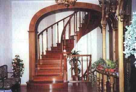 Ансамблевое решение лестницы с балюстрадой и арочным обрамлением способствует созданию единого стиля - представительного и элегантного